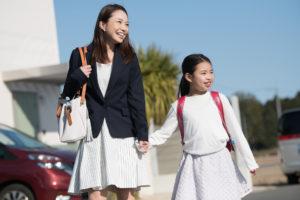 母親と娘 小学生 通学 通勤 母子家庭